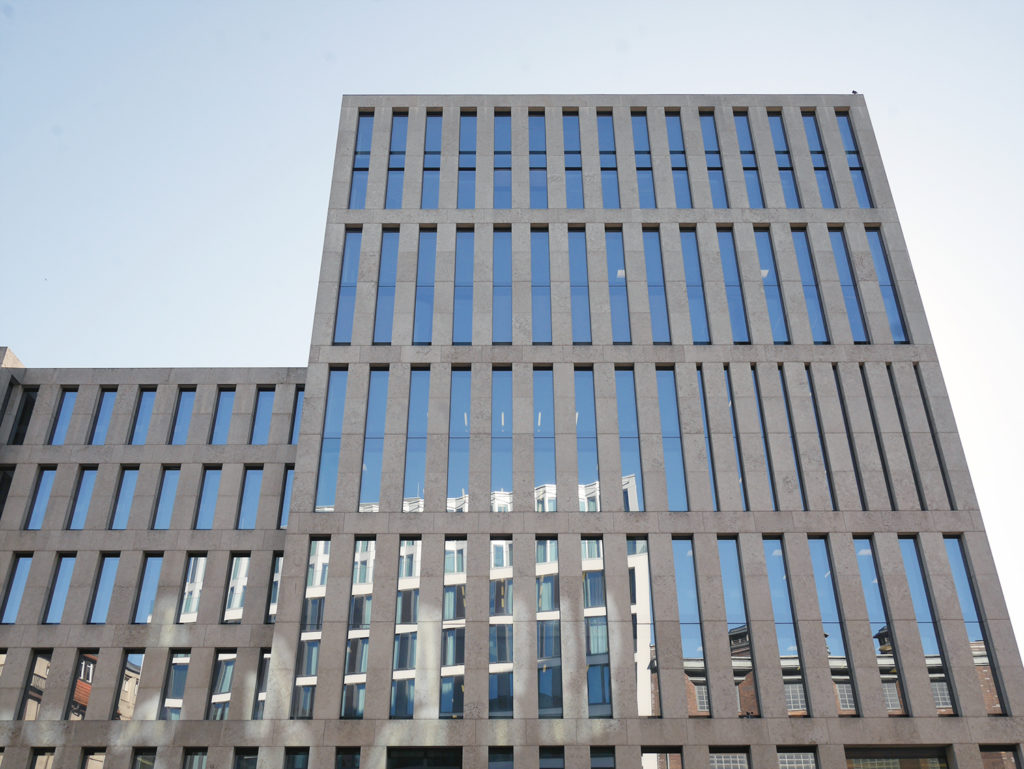 """Ein traditioneller """"Scholarly Makerspace"""" - Das Grimmzentrum der Humboldt-Universität zu Berlin / Ansicht der Fassade gesehen aus der Planckstraße"""