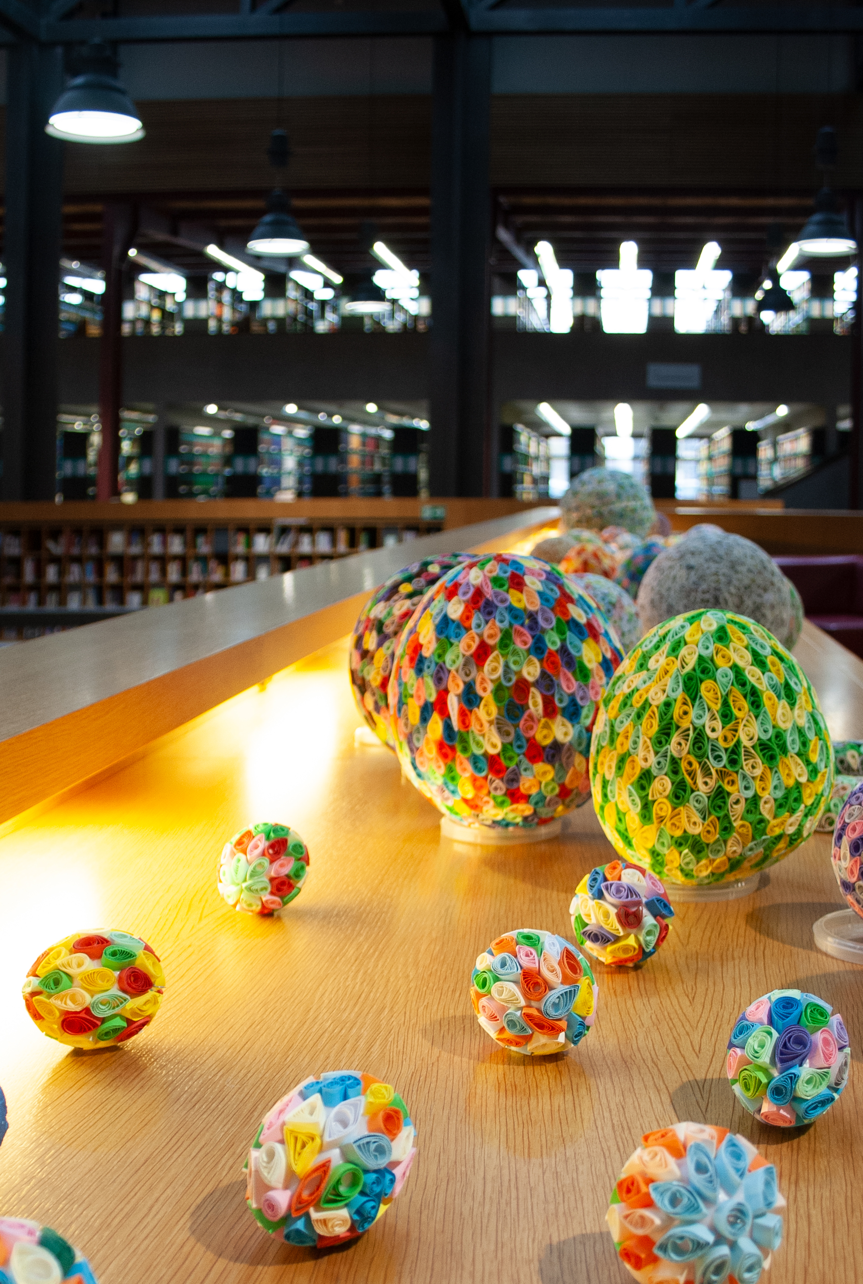 Überblick über mehrere eiförmige Objekte verschiedener Größe.