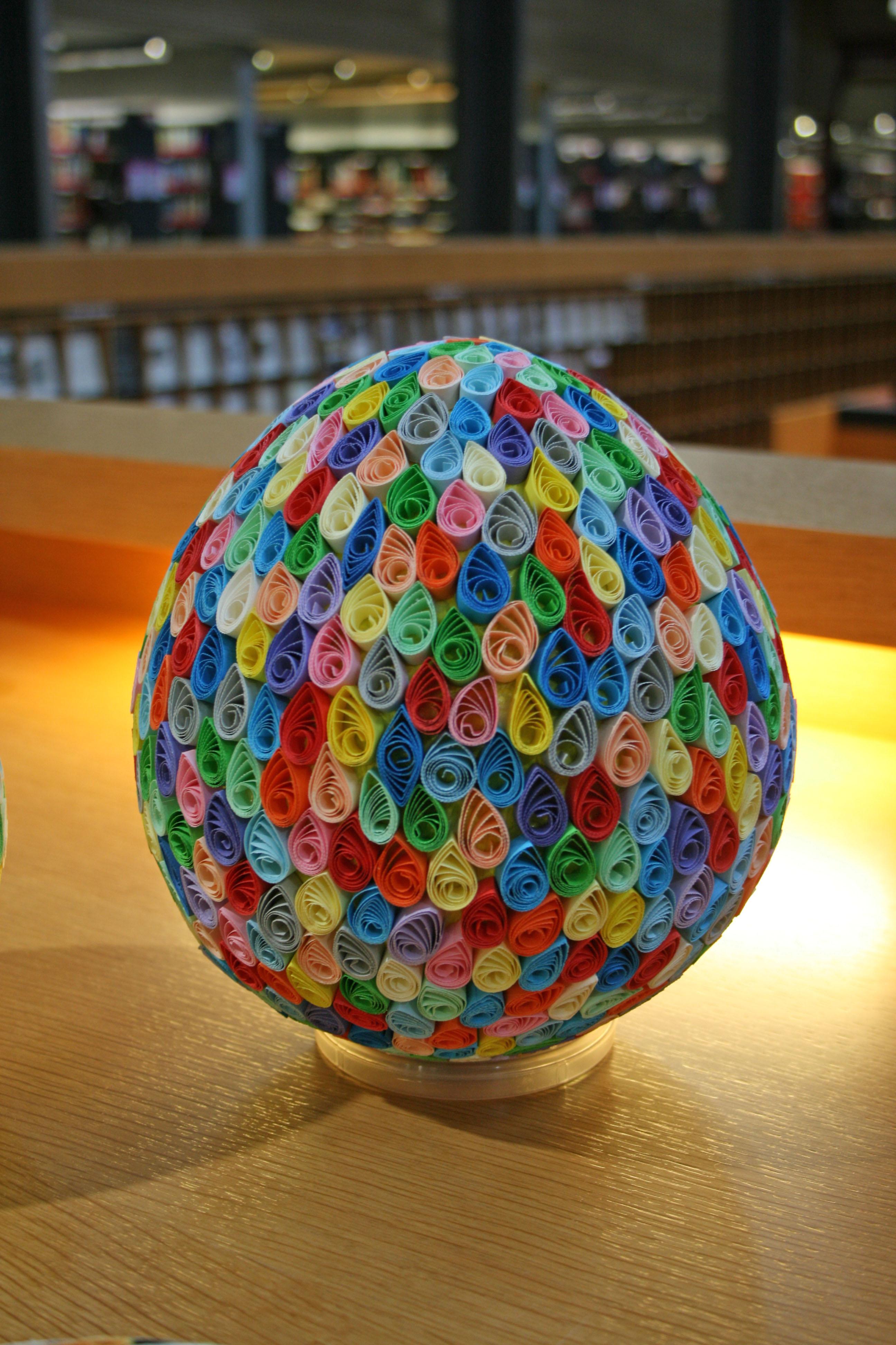 Ein großes Ei, mit bunten, fröhlichen Farben beklebt.
