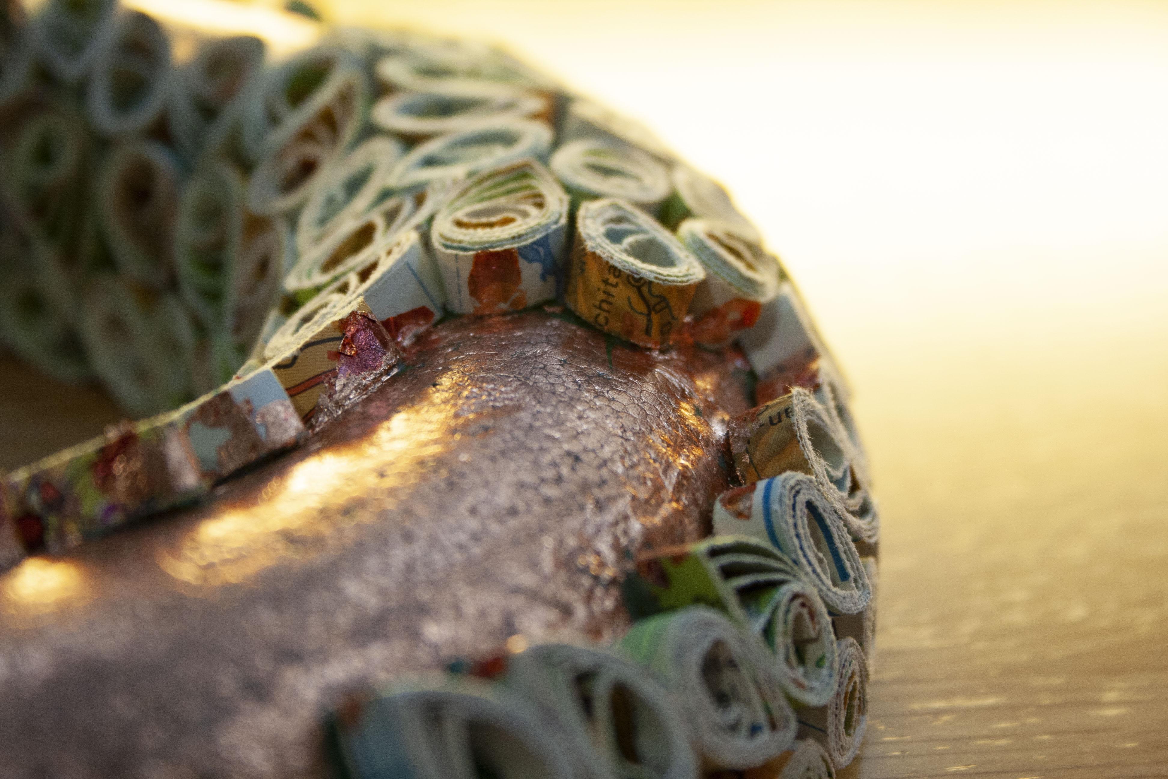 Detailaufnahme des Rings. Teilweise ist die Farbe auch an den Papierelementen zu sehen.