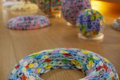 Mehrere Objekte, im Vordergrund ein Ring in frühlingshaften Farben.